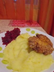 Snitelcu pireu de cartofi si sfecla rosie